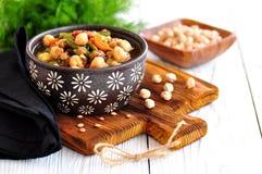 Gemüsesalat mit grünen Bohnen, Kartoffeln, Arugula, Eiern und Olivenöl Abbildung der roten Lilie Lizenzfreie Stockfotografie