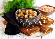 Gemüsesalat mit grünen Bohnen, Kartoffeln, Arugula, Eiern und Olivenöl Abbildung der roten Lilie Stockfoto