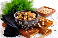 Gemüsesalat mit grünen Bohnen, Kartoffeln, Arugula, Eiern und Olivenöl Abbildung der roten Lilie Lizenzfreie Stockbilder