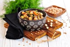 Gemüsesalat mit grünen Bohnen, Kartoffeln, Arugula, Eiern und Olivenöl Abbildung der roten Lilie Lizenzfreie Stockfotos