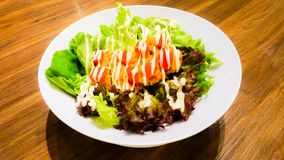 Gemüsesalat mit Majonäse und gebratenem Huhn Stockfotos