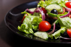 Gemüsesalat mit schwarzen Oliven stockfotos