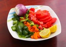 Gemüsesalat mit Zitrone und Zwiebel stockfoto