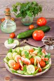 Gemüsesalat von frischen Gurken, von Tomaten und von Petersilie Lizenzfreie Stockfotografie