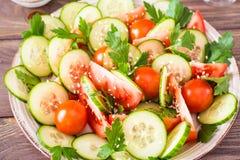 Gemüsesalat von frischen Gurken, von Tomaten und von Petersilie Stockfotografie