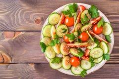 Gemüsesalat von frischen Gurken, von Tomaten und von Petersilie Lizenzfreies Stockbild