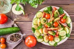 Gemüsesalat von frischen Gurken, von Tomaten und von Petersilie Lizenzfreies Stockfoto