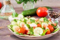 Gemüsesalat von frischen Gurken, von Tomaten und von Petersilie Stockfoto