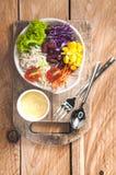 Gemüsesalatsatz des selbst gemachten neuen Frühlinges der Vitamine stockfotografie