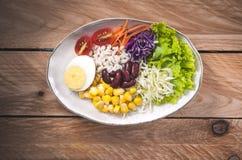 Gemüsesalatsatz des selbst gemachten neuen Frühlinges der Vitamine lizenzfreie stockfotografie