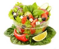 Gemüsesalatschüssel auf Weiß Stockfotografie