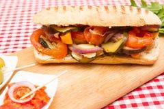 Gemüsesandwiche des strengen Vegetariers mit Oliven und sonnengetrockneten tomaroes stockfotografie