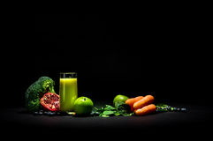 Gemüsesmoothie auf Schwarzem stockbilder