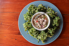 Gemüsestückchen dienen mit würzigem gehacktem Schweinefleischsalat Lizenzfreies Stockbild