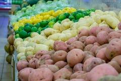 Gemüsestand im Supermarkt Stockfotos
