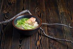 Gemüsesuppe mit Fischen stockbild