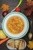 Gemüsesuppe mit Frischgemüse und Herbstthema stockbilder