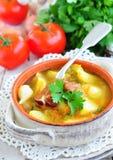 Gemüsesuppe mit geräucherten Schweinefleischrippen Stockfotos