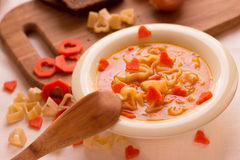 Gemüsesuppe mit italienischen Teigwaren in Form eines Herzens Stockfotografie