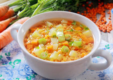 Gemüsesuppe mit Karotten, Porree und Linsen Stockbilder