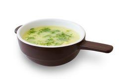 Gemüsesuppe mit Kräutern in einem braunen Tureen Lizenzfreies Stockbild