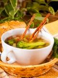 Gemüsesuppe mit salzigen Strohen Stockbild