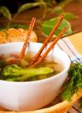 Gemüsesuppe mit salzigen Strohen Stockfotografie