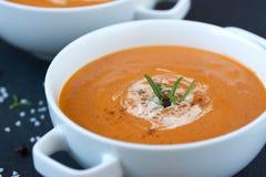 Gemüsesuppe mit sonnengetrockneten Tomaten und Creme Lizenzfreies Stockfoto