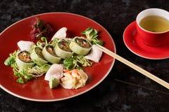 Gemüsesushirollen mit Fischen Lizenzfreie Stockfotos