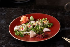 Gemüsesushirollen mit Fischen Stockfotos