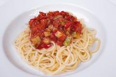 Gemüseteigwaren mit Fleischklöschen und Tomatensauce Stockfotos