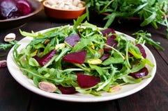 Gemüsevitaminsalat des strengen Vegetariers von den roten Rüben, vom Arugula und von den Pistazien Lizenzfreies Stockbild