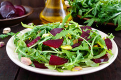 Gemüsevitaminsalat des strengen Vegetariers von den roten Rüben, vom Arugula und von den Pistazien Stockfoto