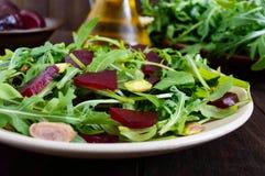Gemüsevitaminsalat des strengen Vegetariers von den roten Rüben, vom Arugula und von den Pistazien Lizenzfreie Stockbilder