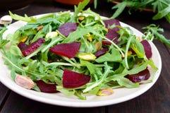 Gemüsevitaminsalat des strengen Vegetariers von den roten Rüben, vom Arugula und von den Pistazien Lizenzfreie Stockfotos