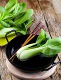 Gemüsezusammenstellung, frischer grüner Chinakohl, bok choy, pok Choi oder PAK Choi auf dunklem Hintergrund stockfotografie