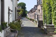 Gemütliche alte Straße mit Kopfsteinen stockfotos