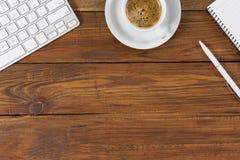 Gemütliche Geschäfts-Zusammensetzung mit weißen Einzelteilen auf hölzernem Hintergrund Stockfotografie