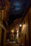 Gemütliche Häuser unter dem romantischen Meer der Sterne Toledo, Spanien Stockfotografie
