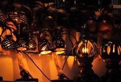 Gemütliche handgemachte Lampen hergestellt von den Kokosnussnüssen mit Perforierung - eine Andenken in Thailand lizenzfreies stockbild