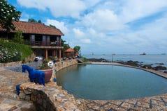 Gemütliche Rücksortierung und Pool durch das Meer stockfotografie