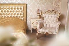 Gemütliche stilvolle Weinleseecke des Elfenbeinschlafzimmers Lizenzfreie Stockbilder