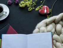 Gemütliche Zusammensetzung, Nahaufnahmemerinowolledecken-, warme und bequemeatmosphäre Stricken Sie Hintergrund Stockbilder