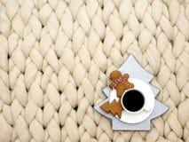 Gemütliche Zusammensetzung, Nahaufnahmemerinowolledecken-, warme und bequemeatmosphäre Stricken Sie Hintergrund Tasse Kaffee- und Stockbilder