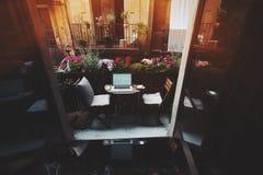 Gemütlicher Arbeitsplatz auf Balkon Stockbild