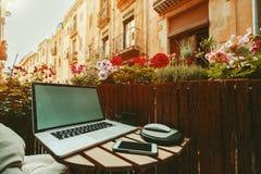 Gemütlicher Arbeitsplatz auf Balkon am sonnigen Tag Lizenzfreie Stockfotografie
