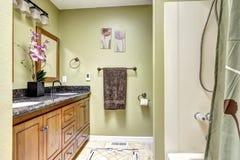 Gemütlicher Badezimmerinnenraum im Elfenbein tont mit Orchideentopf Stockfoto