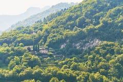 Gemütlicher Bauernhof auf einem Berg nahe See Garda in Italien stockfoto