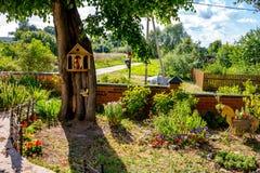 Gemütlicher Garten mit Blumen stockfoto