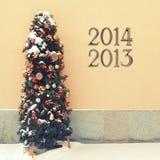 Gemütlicher geschneiter Weihnachtsbaum Stockfotografie